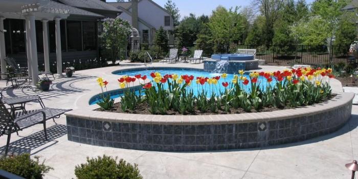 Comment bien integrer votre piscine a votre jardin le for Que mettre autour d une piscine