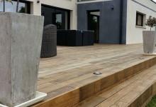La terrasse en bois et le jardin