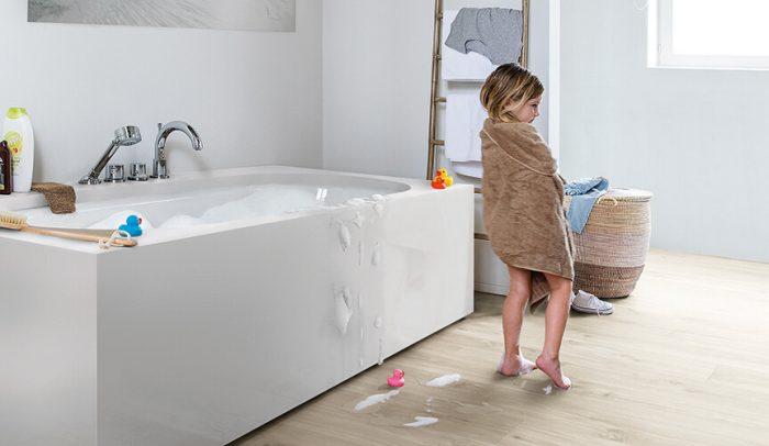revêtement de sol stratifié dans une salle de bain